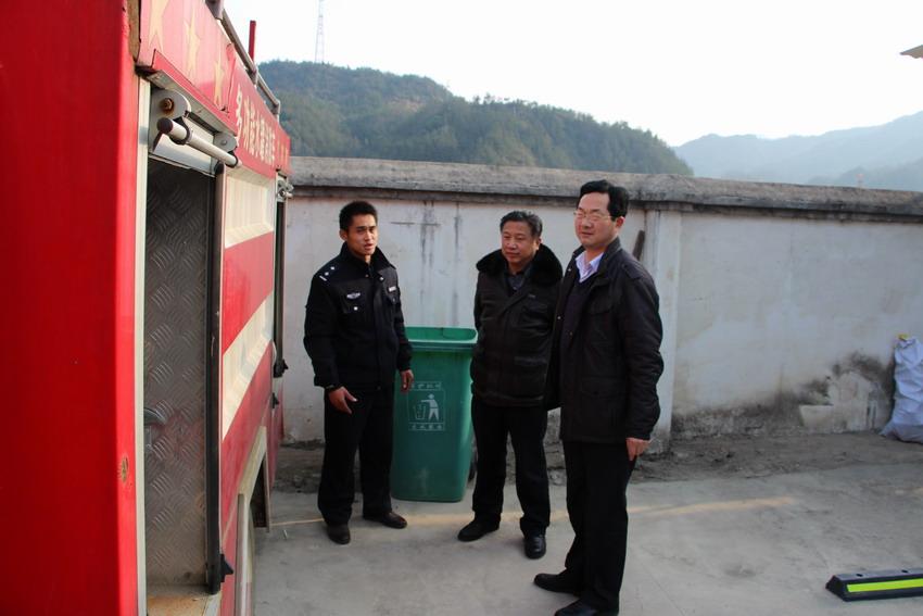 招商局负责人到山区乡镇督查安全生产及招商招工工作.
