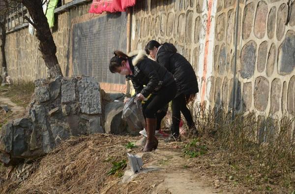 三河镇青年党员志愿者带头传递环保正能量图片1.jpg