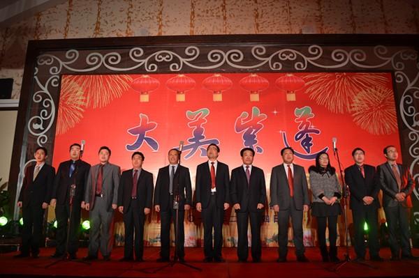 镇班子成员合唱《没有共产党就没有新中国》解开迎新春文艺演出的序幕.jpg