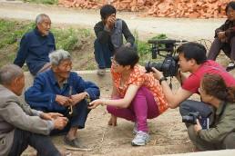 青海省电视台在我县马店孜镇向群众了解当年骑八师抗日事迹.JPG