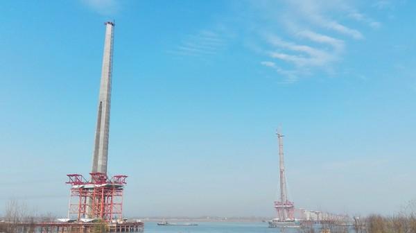 春风又绿江南岸,二桥主塔已长成。经过3年多的精心施工,二桥主塔亭亭玉立与长江两岸。二桥主塔施工采取了多项质量提升技术,塔柱内优外美,得到国内外专家好评。.jpg