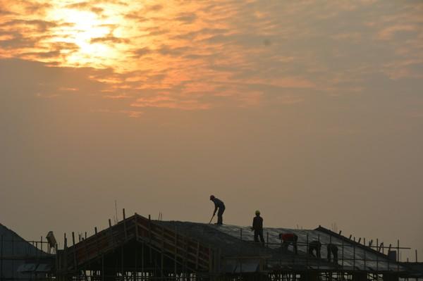 3月15日,夕阳西下,几位工人正在进行服务区结构物顶部施工。当前施工单位抢抓当前晴好天气,科学组织,快速推进项目附属工程建设。.JPG