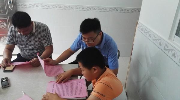 基层干部进村入户为儿童讲解反邪教知识.JPG