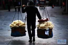 手艺人挑着三河特色米面走向菜市场