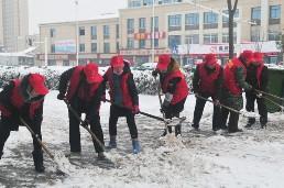 全县各单位党员干部迎战暴雪、铲雪除冰在行动