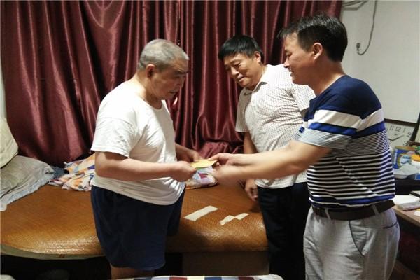 山南镇党委政府高温天走访慰问困难党员