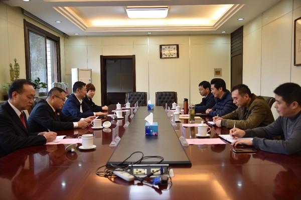 12月5日,铜陵中院党组书记、院长李令新走访铜陵有色集团公司党委书记、董事长杨军
