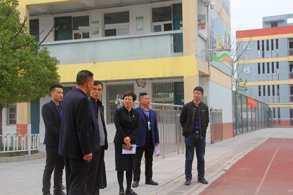 小庙中心学校接受市级文明校园评估专家...