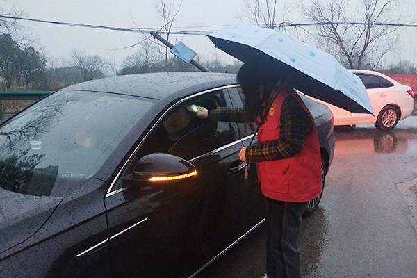 冯瑜在给进村人员测量体温.jpg