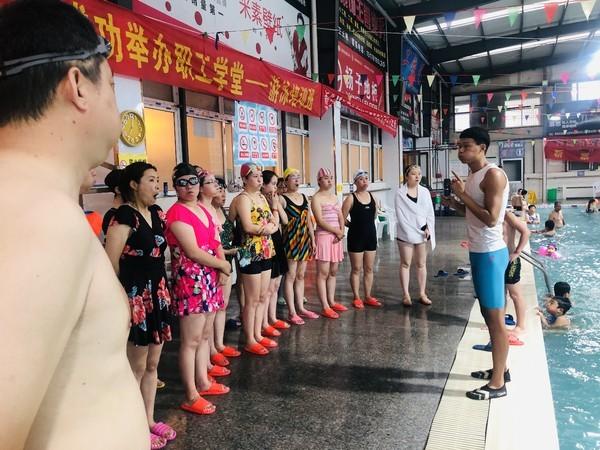界首市总工会举办职工学堂第二季游泳 培训