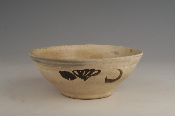 元白釉褐彩花纹碗