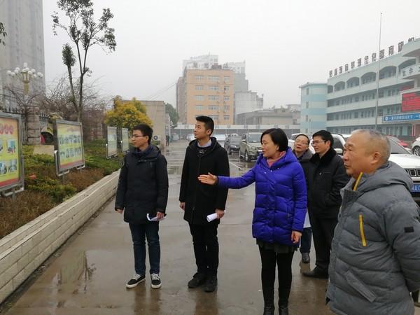 四中校长马玲为两位校友介绍校园建设与发展(左一李刚、左二于新辰)1.jpg
