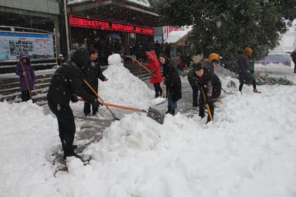 客运南站清扫站前广场积雪.jpg