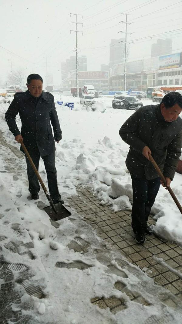 清扫总公司机关门前积雪.jpg