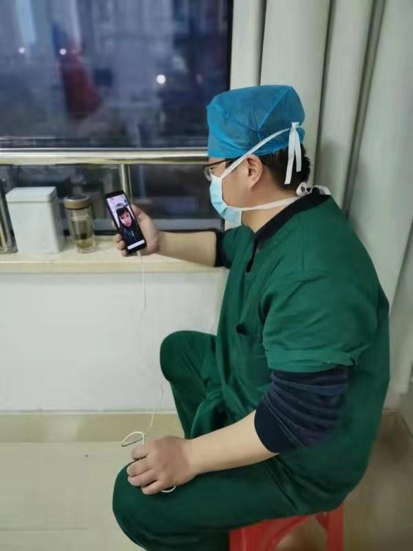 张立华副主任与女儿视频通话.jpg