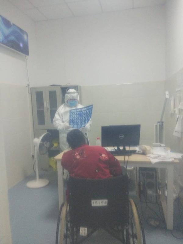 发热门诊,张育红查看患者的检查结果.jpg