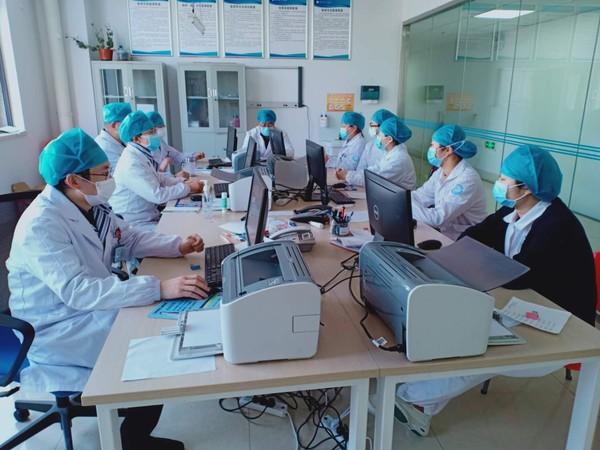 郑发先带领科室人员学习疫情防控最新常识.jpg