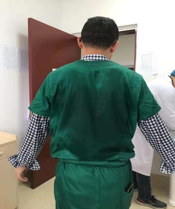 大寒节气,脱下隔离服的医生穿单衣也汗流浃背。.jpg