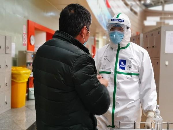 支援武汉医生张成元在武汉体育中心方舱医院询问患者情况,2月15日拍摄  张艳拍摄.jpg