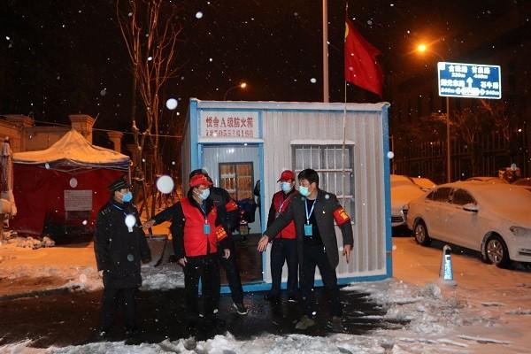 图2:十八岗村党员干部在风雪中值班值守。.jpg