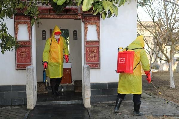 图5:十八岗村义务消毒队在为辖区子木园消毒。.JPG